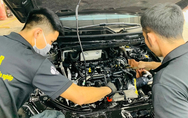 Chăm sóc vệ sinh khoang máy xe hơi